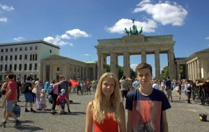 Teenagere ved Brandenburger Tor